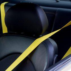 Ремень безопасности желтого цвета