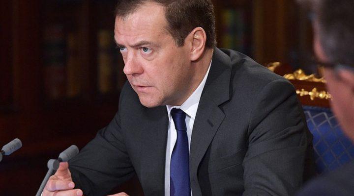 Медведев ограничил чиновников в «автомобильных аппетитах»